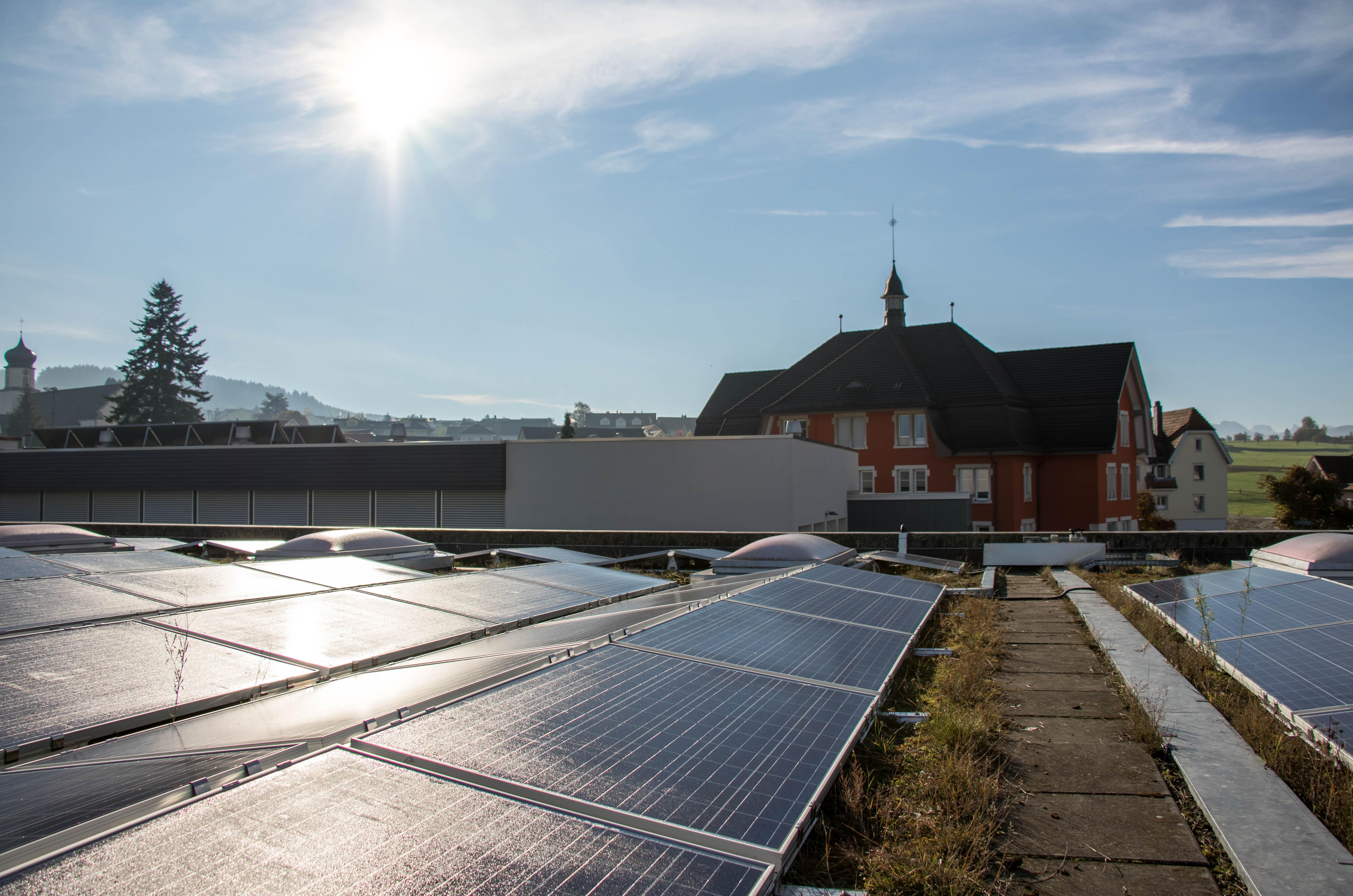 Blick vom Dach auf das Schulhaus